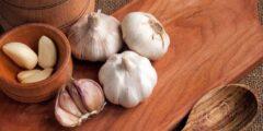 علاج فطريات الأذن في المنزل بوصفات بمتناول يدك بزيت الزيتون بالثوم